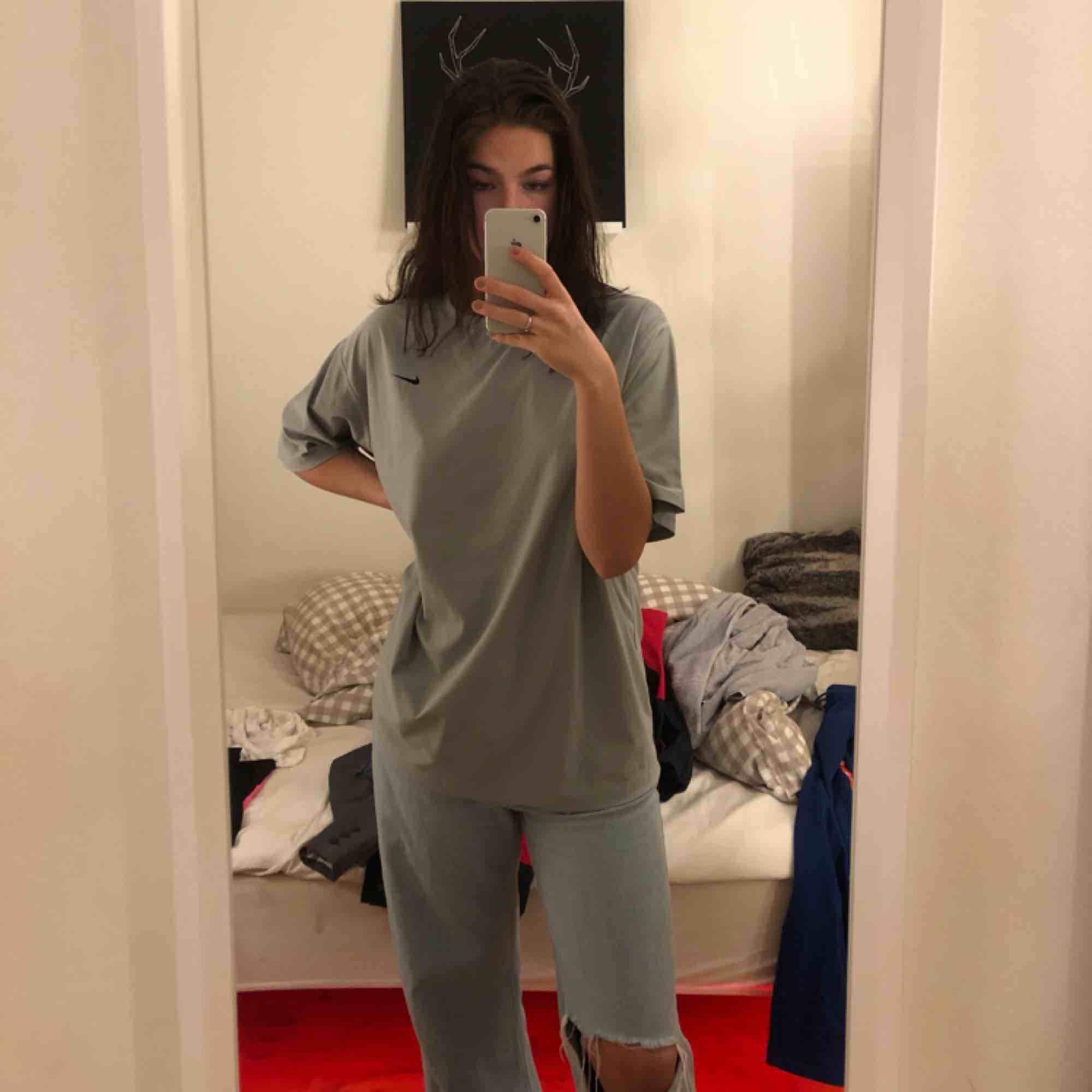 Svin snygg träning material t-shirt från Nike! Snygg oversized! Köpare står för frakt🥰. T-shirts.
