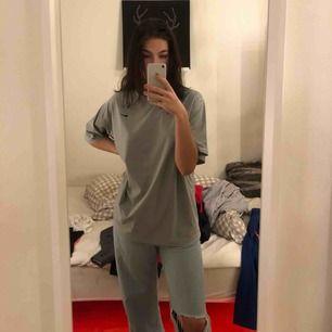 Svin snygg träning material t-shirt från Nike! Snygg oversized! Köpare står för frakt🥰