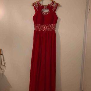Säljer denna klänning som passar till bal, fest, bröllop. Aldrig använd endast provad. Passar storlek S, men även en liten M. Fint skick! Frakt ingår i priset.