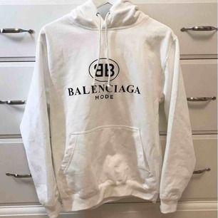 Balenciaga (fake) men AAA kopia. Bra kvalite. Passar både xs-s då den är oversize. Behöver endast stryka något.