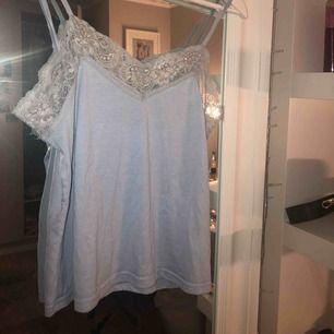 Blått spets linne