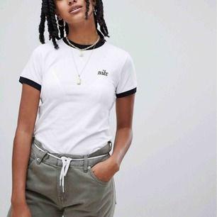 Nike-tröja i strl XS, svart krage och detaljer på ärmen, broderat Nike-märke. Stretchig så skulle funka på S också. Endast buren ca 2 ggr pga för liten. Möts i Sthlm eller så står jag för halva frakten ☺️
