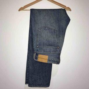"""Snygga blå jeans ifrån H&M, de är i storlek 33, jag själv har 28 i jeans men tycker det funkar bra med skärp till dessa om man vill få en mer """"baggy"""" look.  Jag är 168cm och de är något långa i benen."""