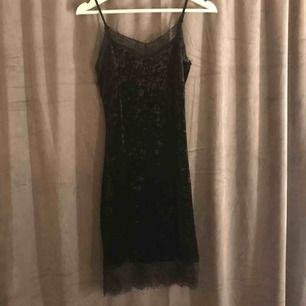 Säljer en svart klänning ifrån bik bok storlek XS. Aldrig använd, köpare står för frakt💗😁