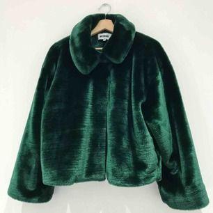 Snygg och väldigt sparsamt använd jacka ifrån weekday, den är i storlek M och är true to size.