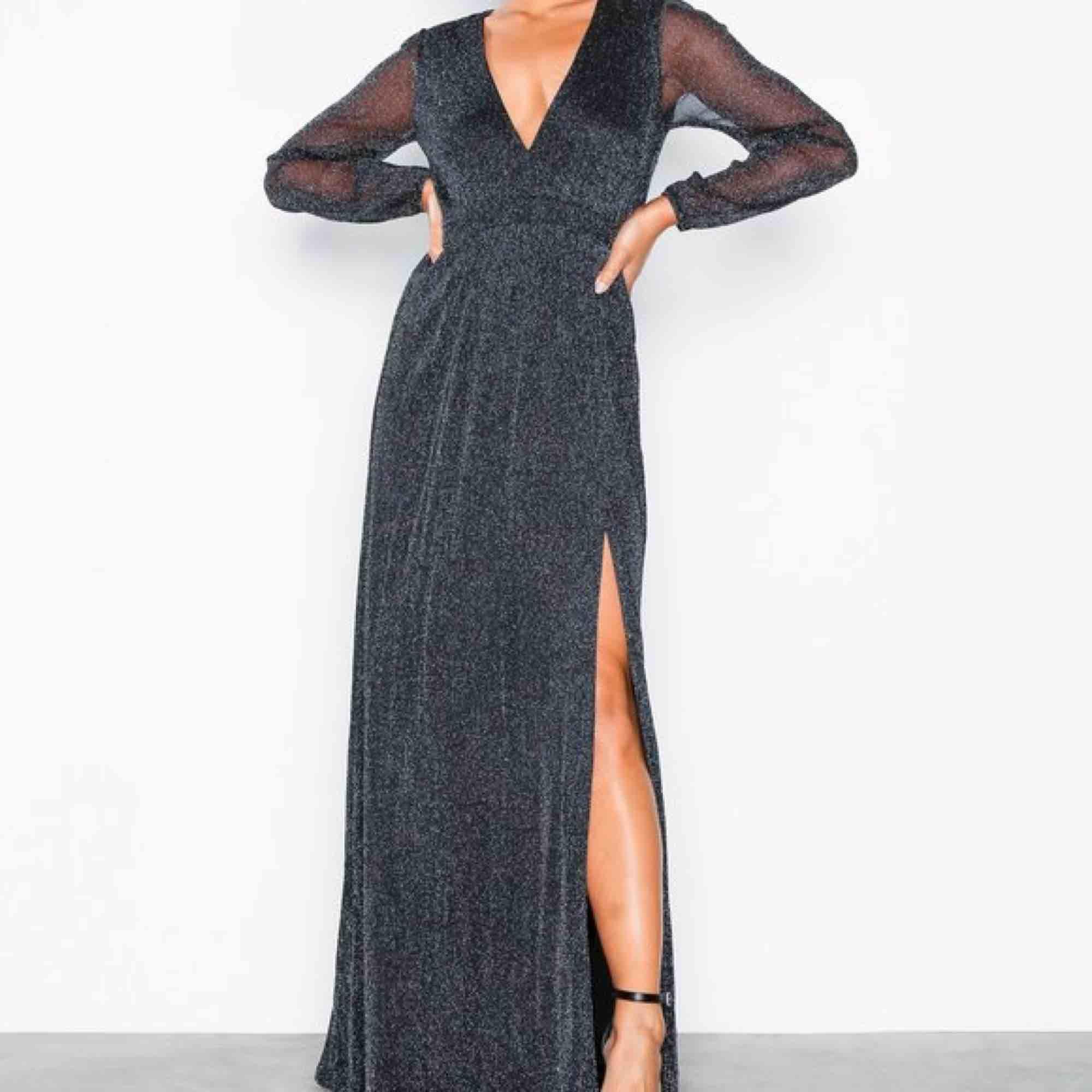 Supersnygg klänning ifrån Nelly! Köptes till bal men ändrade mig i sista sekund så den är alltså oanvänd! Köparen står för frakt!🥰. Klänningar.
