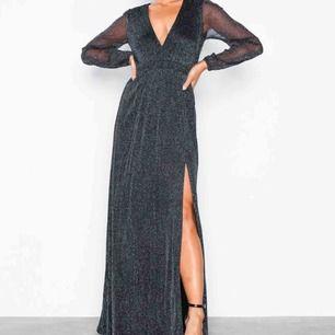 Supersnygg klänning ifrån Nelly! Köptes till bal men ändrade mig i sista sekund så den är alltså oanvänd! Köparen står för frakt!🥰