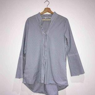 Snygg stilren skjorta från Carin Wester, det står att den är i storlek 42 men skulle säga att den motsvarar en M, och S ifall man vill att den ska va oversized