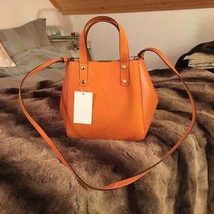 Super fin orange väska från hm! Helt ny & oanvända .. säljs då denna ej kommer till användning 😭