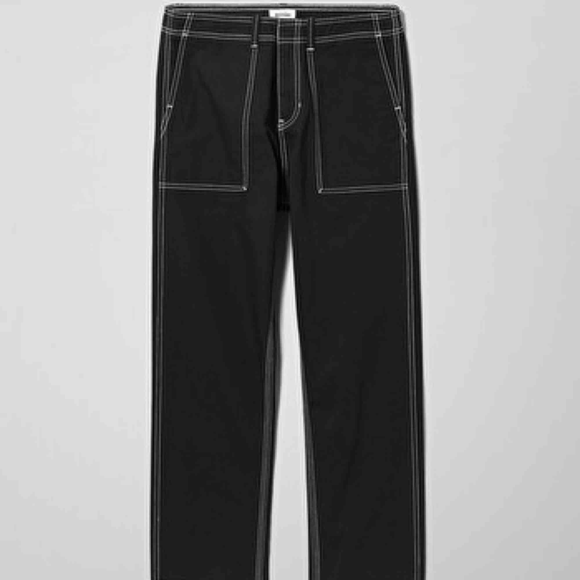 Coola svarta byxor men vita sömmar ifrån Weekday, köpta i killmodell men sitter bra på mig som tjej som har M! Säljes pga av att dem inte kommer till användning, köparen står för frakt!🥰. Jeans & Byxor.