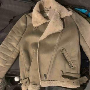 Säljer min bickerjacket från Zara, köpt förra året. Säljs då den inte används, sömmen vid ena fickan har gått upp men går att fixa.