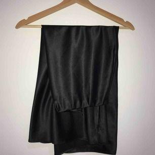 Fin satin kjol från chiquelle i storlek Small, väldigt sparsamt använd. Jag är 168cm