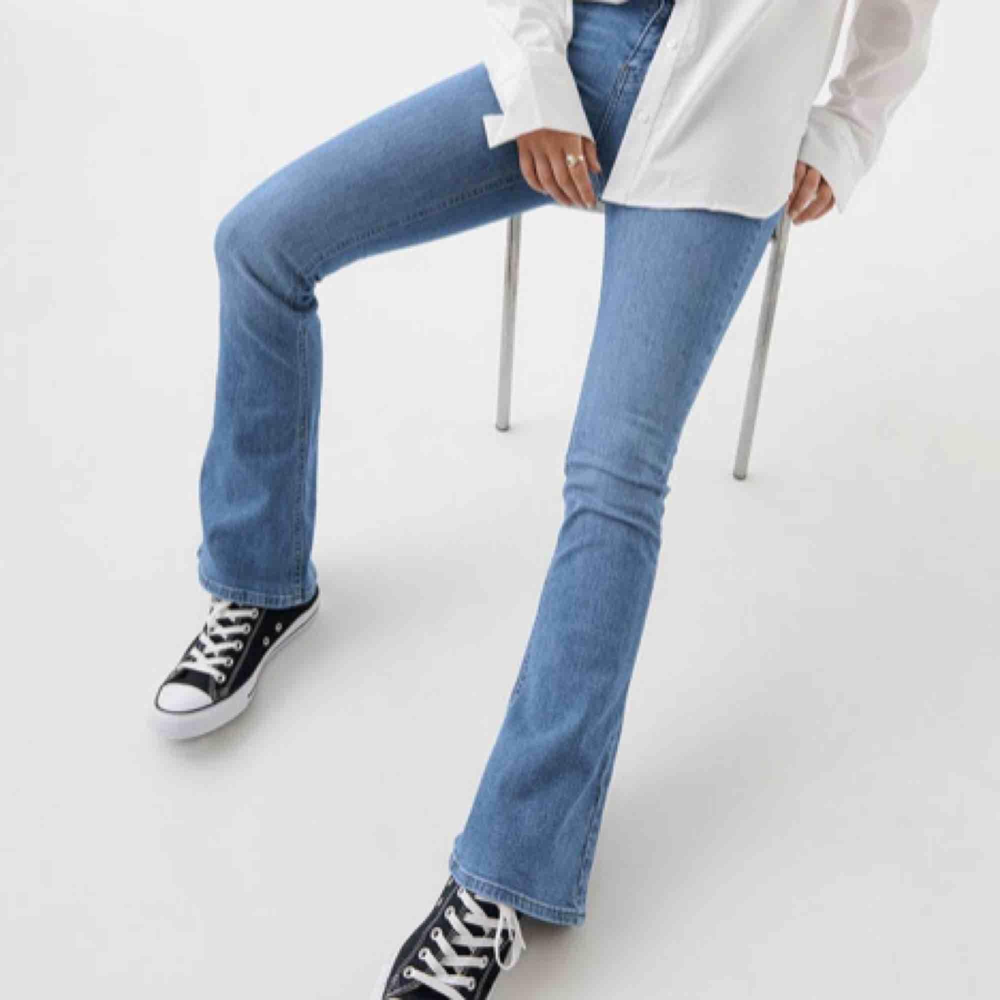 Superfina bootcut jeans ifrån Gina! I använt skick, säljer pga att de är för små för mig :( Hör av er om ni undrar något 🦋💕. Jeans & Byxor.