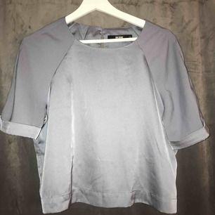 Säljer en grå/blå glansig t-shirt/top, från bikbok storlek xs. Köpare står för frakten.💗