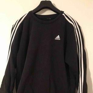 Sweatshirt från Adidas! Säljes pga av att den ej kommer till användning, lappen är bortklippt pga av att den stickte när man hade på sig den. Köparen står för frakt!🥰