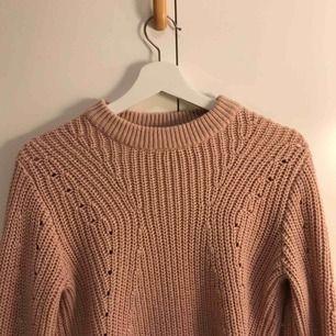 Rosa stickad tröja ifrån Gina, färgen är lite mer rosa än vad som framkommer på bilderna.  Hör av er om ni undrar något 🦋💕