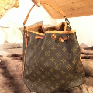 """Säljer en äkta vintage louis vuitton väska modellen heter """"Noe handbag"""". Handtaget på väskan gick sönder, så går enkelt & fixa det på en Louis vuitton butik. Köptes secondhand butik som säljer märkes väskor."""