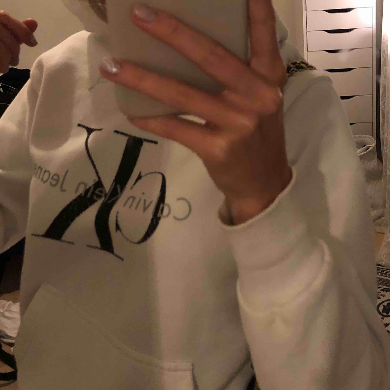 Vit Calvin klein hoodie i jätte skönt material . Huvtröjor & Träningströjor.