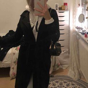 Svart kappa, funkar att ha över hoodie om det är extra kallt men är jätte snyggt med alla sorters tröjor