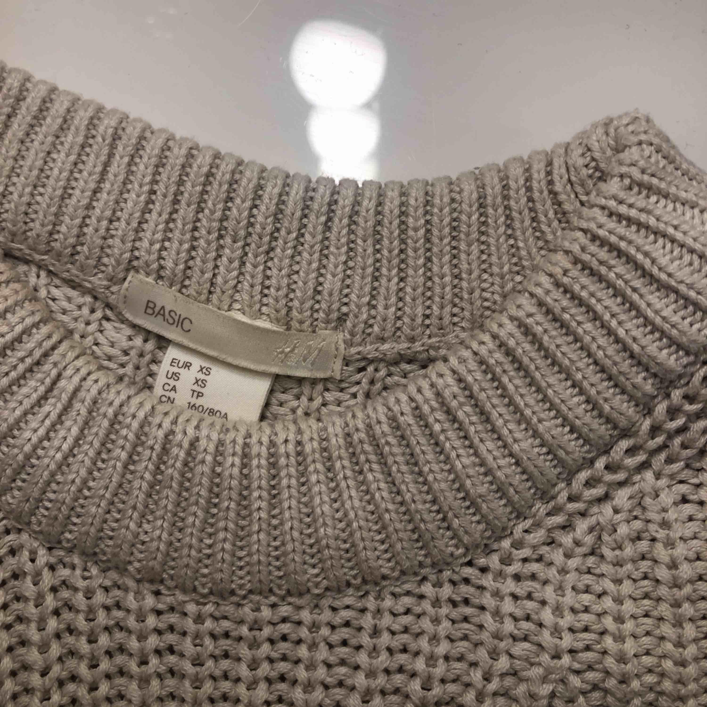 Vit/beige stickad tröja från H&M. Bra skick, frakt betalas av köparen.. Tröjor & Koftor.