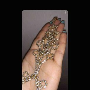 Ett mycket fint halsband med massa diamanter 😍 den är i bra material och skick. Den blänker och gnistrar fint i solen😍 hör av er vid intresse/frågor🥰