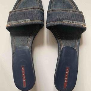 Coola prada sandaler, använda två gånger dock på kullersten därav märkena på klacken :-))))