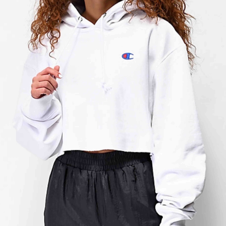 vit cropped hoodie från champion, näst intill oanvänd !! Har dock tappat snörena i tvätten ... Storlek xs. Huvtröjor & Träningströjor.