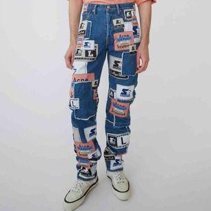 Acne studios X starter black label   Mycket coola jeans från en av acnes limited utgåvor från säsong SS19. Storlek 28/32. Skickas i orginalförpackning tillsammans med kvitto och lappar samt tre extra patches