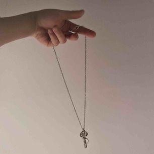 Halsband med Sherlock Holmes-tema! Föreställer en nyckel med '221B' på samt ett förstoringsglas 🔍🗝 Tyvärr så är min Sherlockfas över sedan länge så säljer vidare! Kedjelängd: 52cm. Jag står för frakten! 💌