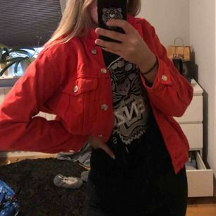 Jöttefin röd jeansjacka från Gina! Kan mötas upp i norrköping/linköping annars tillkommer frakt💘