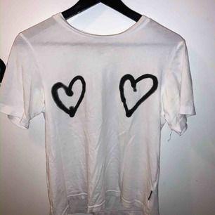 Snygg t-shirt från Cheap Monday som jag tyvärr inte har användning för längre💕💞