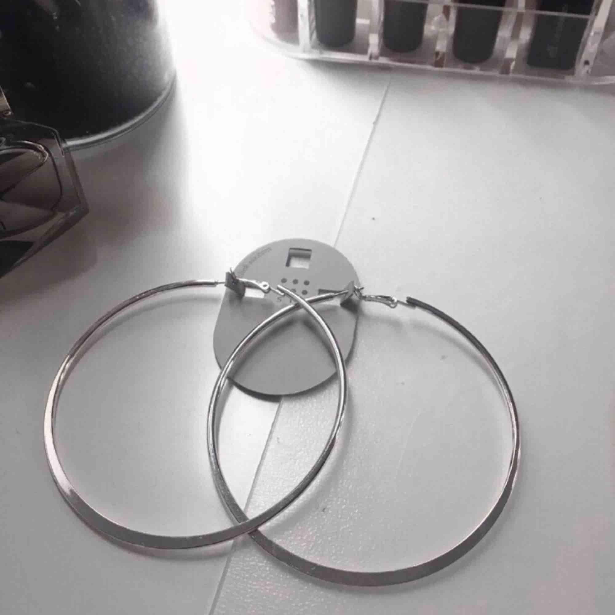 Örhängen, aldrig använda (helt nya) pga fick i present 8,5 cm i diameter, nickelfria. Accessoarer.