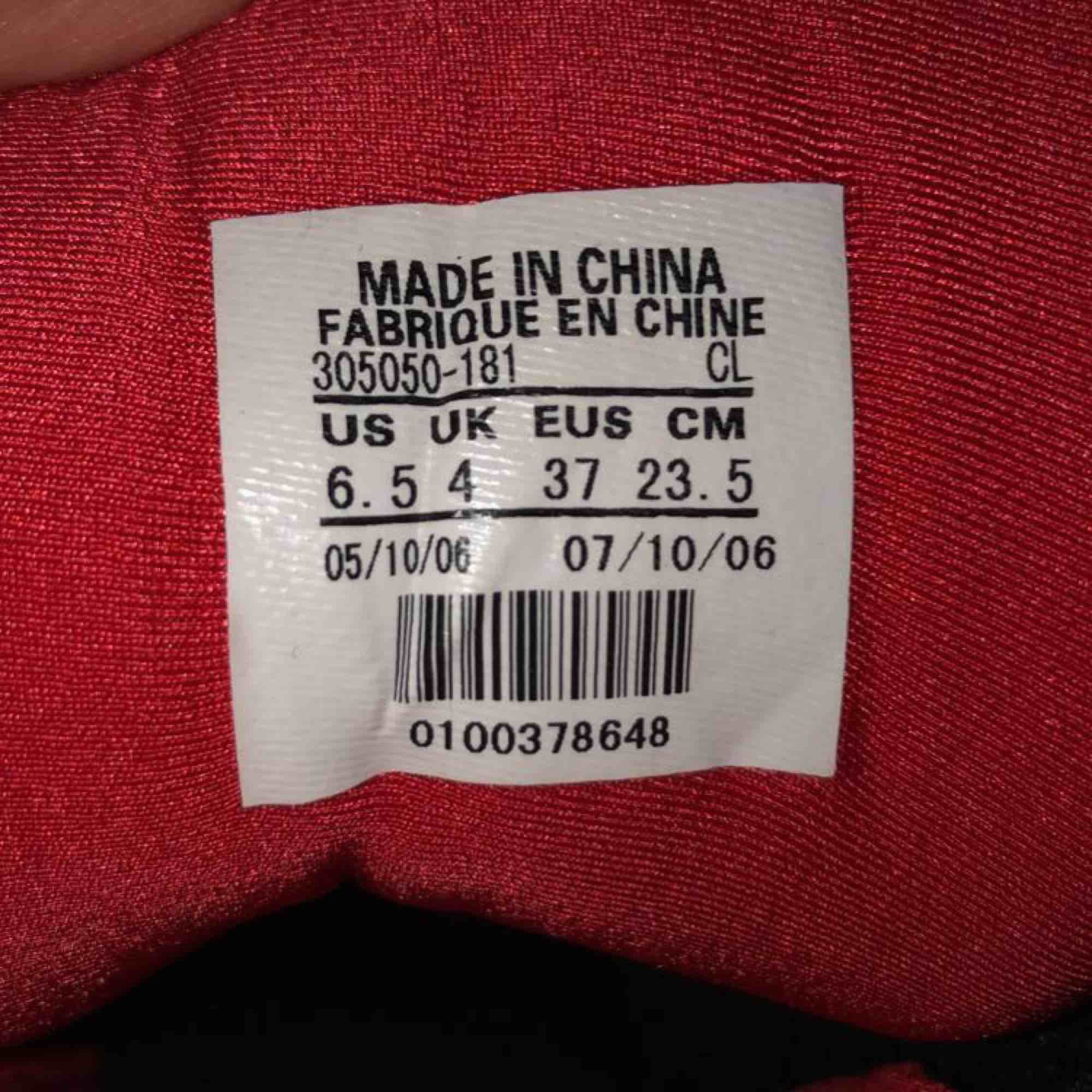 Säljer dessa Nike Jordan klackar. Dom är lite slitna och inte i topp skick men dom går absolut att använda och gå runt i (obs klacken är rätt hög)! 💕hör av er om ni har frågor 🥰. Skor.