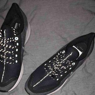 Säljer dessa skit coola Nike skor! Dom är helt ny inköpta och aldrig använda! Färgen är lite grå/svart enligt kartong och kvitto men skulle beskriva färgen som lite åt det blåa hållet!🤩 jättefina och är inköpta för 1178kr! 💕