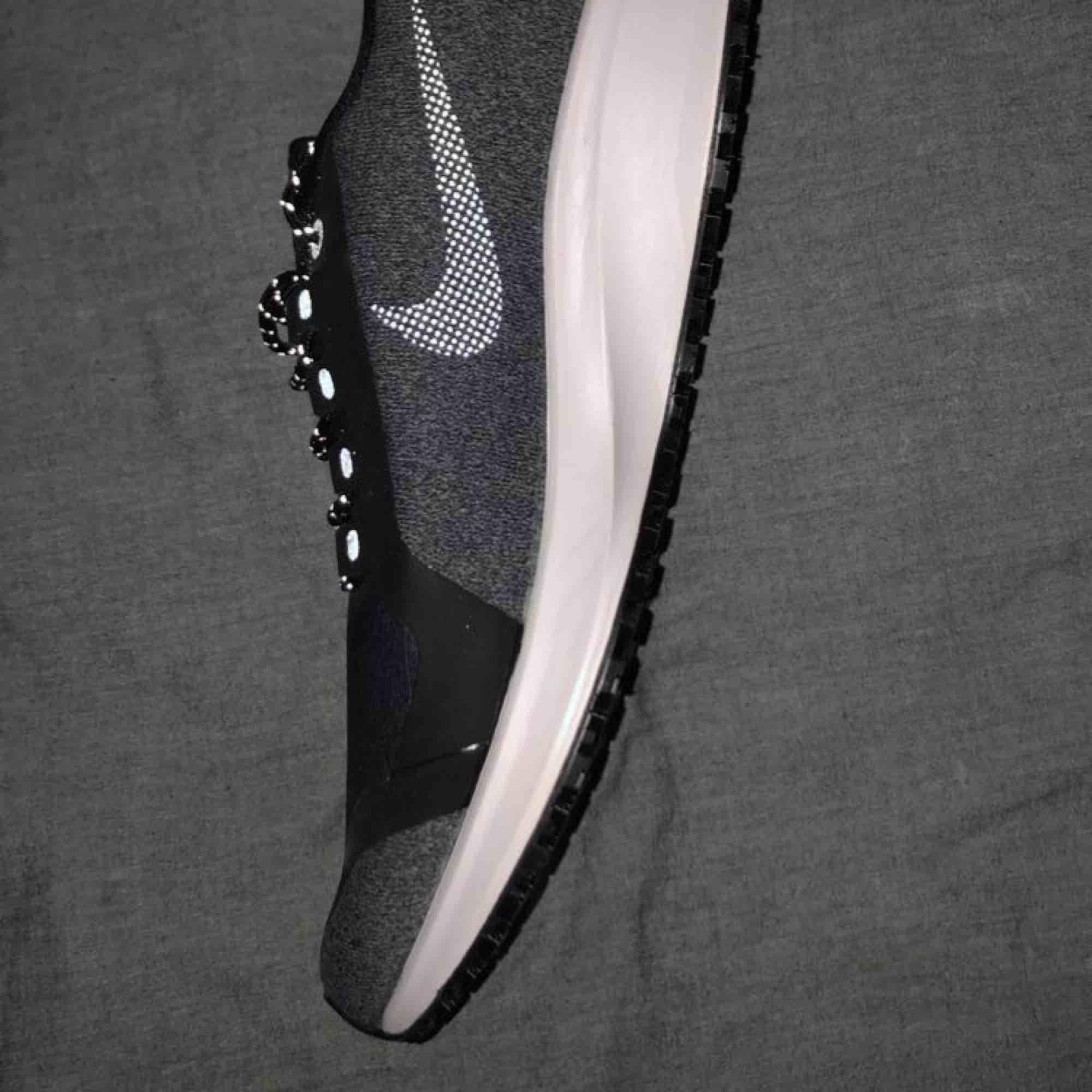 Säljer dessa skit coola Nike skor! Dom är helt ny inköpta och aldrig använda! Färgen är lite grå/svart enligt kartong och kvitto men skulle beskriva färgen som lite åt det blåa hållet!🤩 jättefina och är inköpta för 1178kr! 💕. Skor.