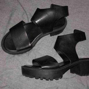 Helt nya platå/klack skor från H&M! Dom är oanvända och i bra skick, hör av er om ni har frågor! 🥰