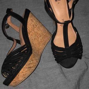 Jättefina nya skor från H&M! 🤩 strl 37, är lagom i storleken! Mycket bra skick och syns inte ens att dom är använda enligt mig! Jätte coola detaljer och små speciella designer!
