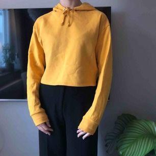 Croppad hoodie i fin gul färg🌼 Använd men i bra skick!