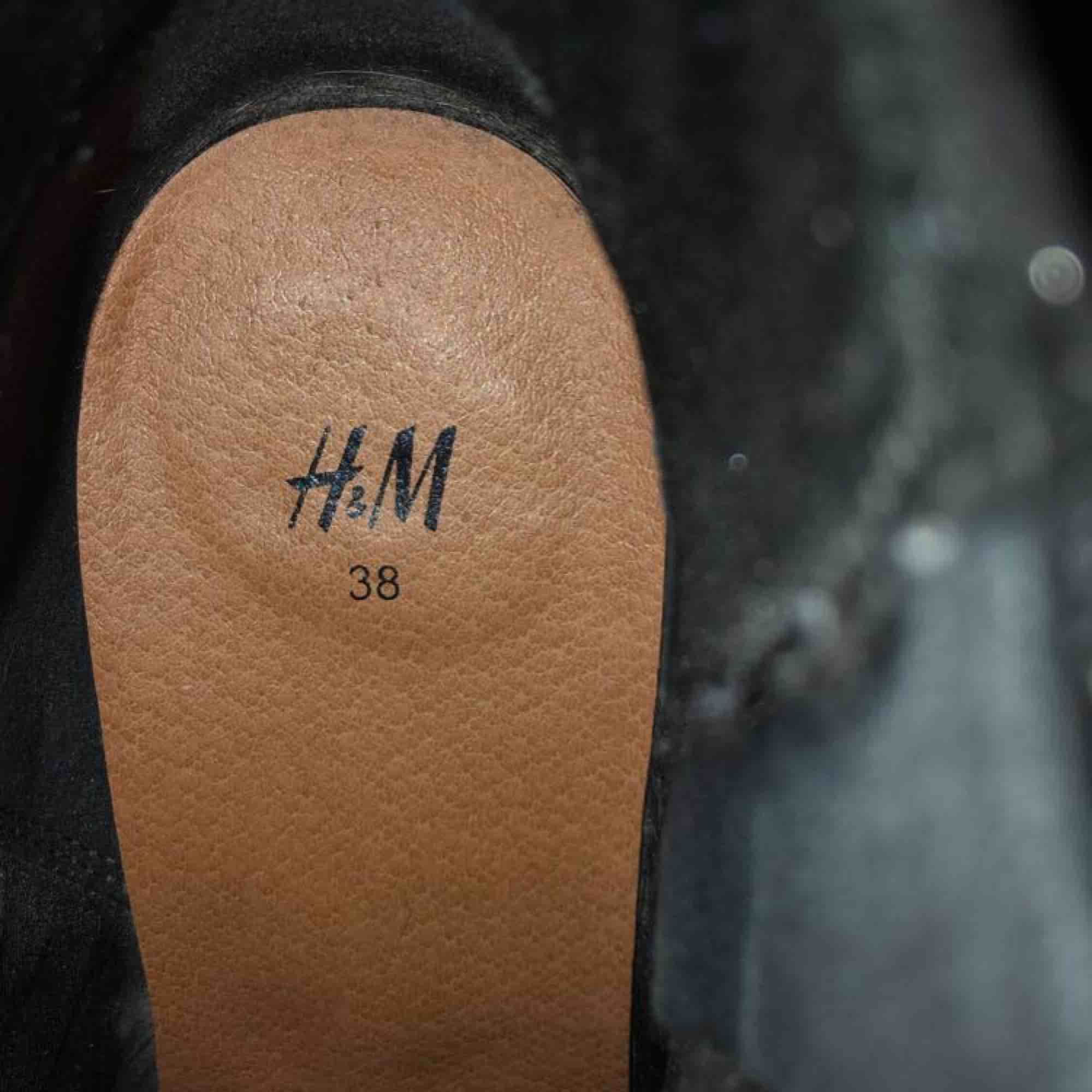 Stövlar/klackar från H&M, strl 38! Helt okej skick, då dom är lite slitna vid hälarna på utsidan (se bild) men också därav det billiga priset! Hör av er 🥰. Skor.