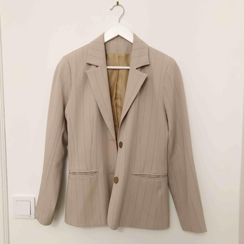 Beige kavaj, köpt på second hand. Storlek 38 men ganska liten i storlek och har används av mig som har XS. . Kostymer.