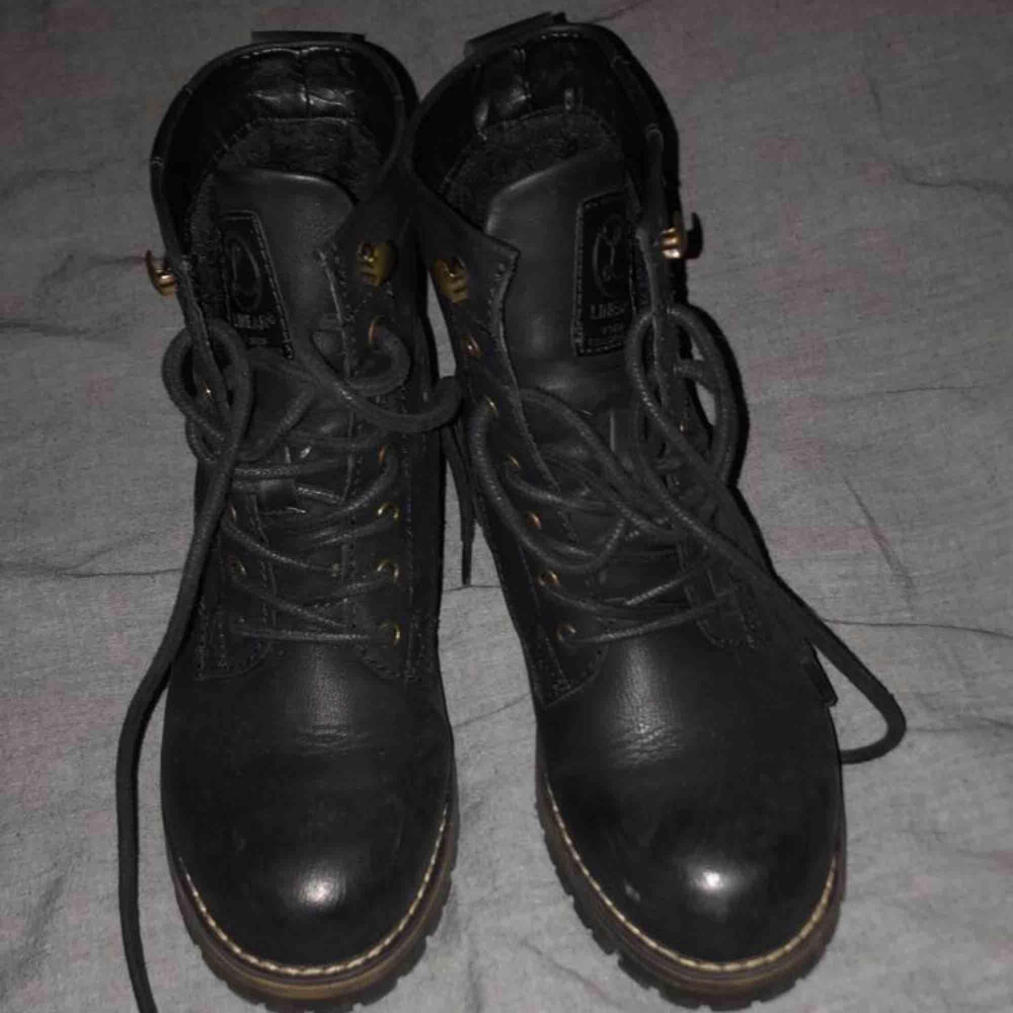 Säljer mina nya vinter kängor! Köptes förra vintern för 700 kr! Dom är fodrade och väldigt varma, passar bra till vintern! Strl 36, skicket är rätt bra då jag inte har hunnit använt dom super mycket😊 hör av er! . Skor.