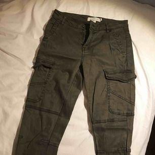Ett par byxor från H&M. Skulle säga att de sitter som vanliga byxor vid midjan, inte höga eller låga.  De har många fickor och är väldigt praktiska  Köpte de i ett spontan köp, men kommer tyvärr inte till användning.