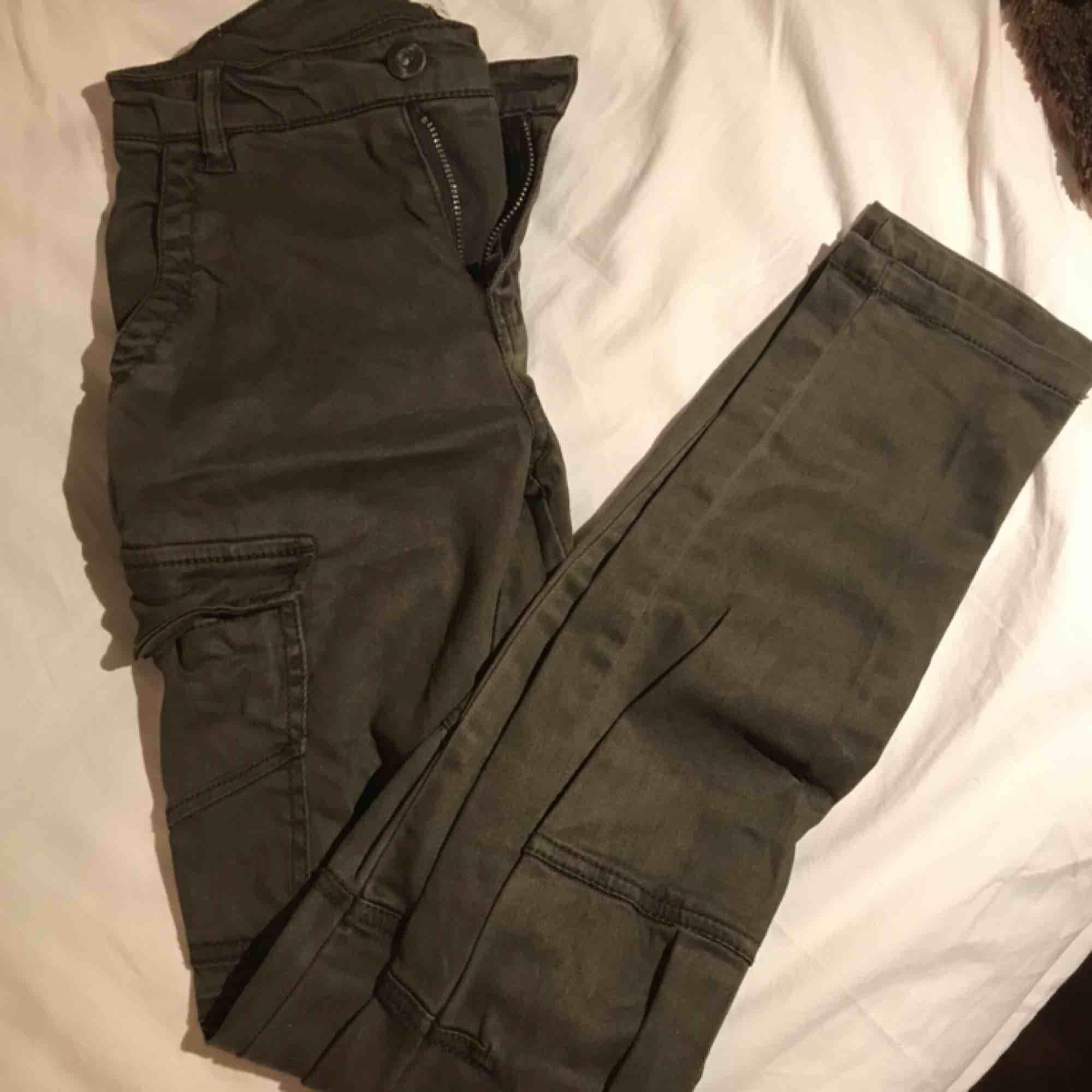 Ett par byxor från H&M. Skulle säga att de sitter som vanliga byxor vid midjan, inte höga eller låga.  De har många fickor och är väldigt praktiska  Köpte de i ett spontan köp, men kommer tyvärr inte till användning. . Jeans & Byxor.