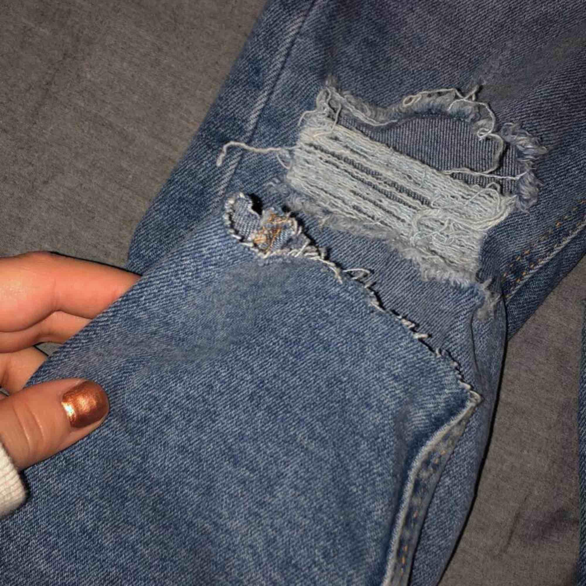 Nya och oanvända jeans från Gina tricot! Sitter tajt, längst nere vid benet sitter dom lite lösare med en avklippt effekt! Jag har aldrig använt dom då dom är för små för mig. Dom är högmidjade. Hör av er🥰. Jeans & Byxor.