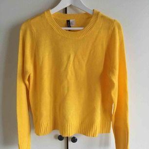 En gul stickad tröja, i storleken S. Använd fåtal gånger, köparen står för frakten❤️
