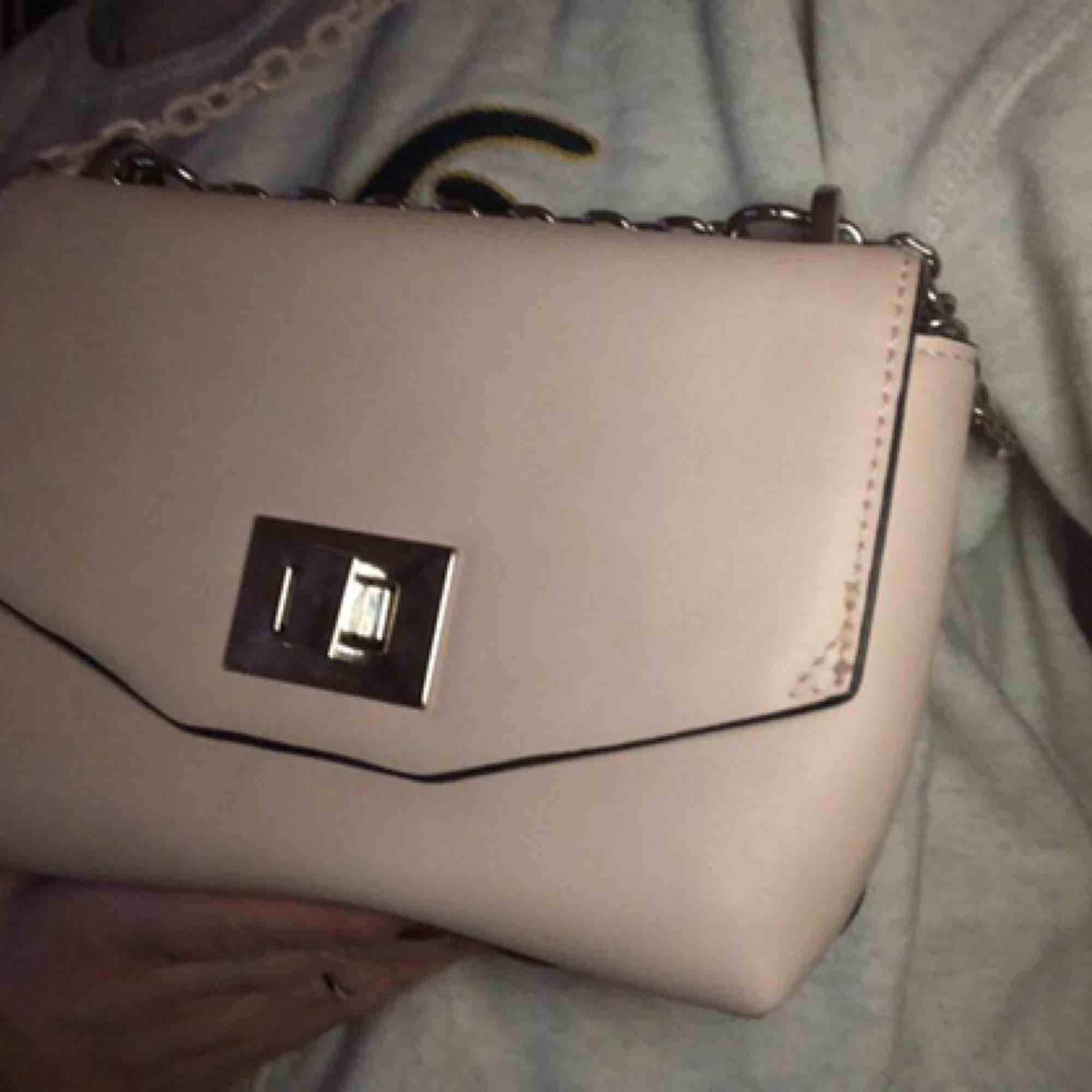 Hej, säljer denna rosa väska ifrån MANGO, inköpt i våras och är i bra skick! 💕 hör av er för flera bilder eller frågor, priset går att diskutera! . Väskor.
