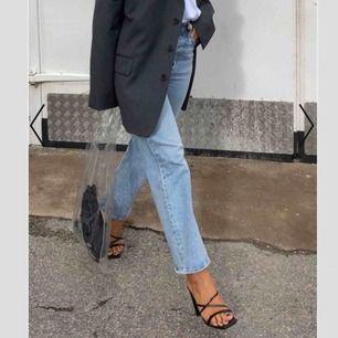 Säljer dessa sjukt fina Levis jeans som är nästan som nya! Har använt dem cirka 2-4 gånger. Säljs för att dem har legat o garderoben för länge utan att bli använda! 🤩😔