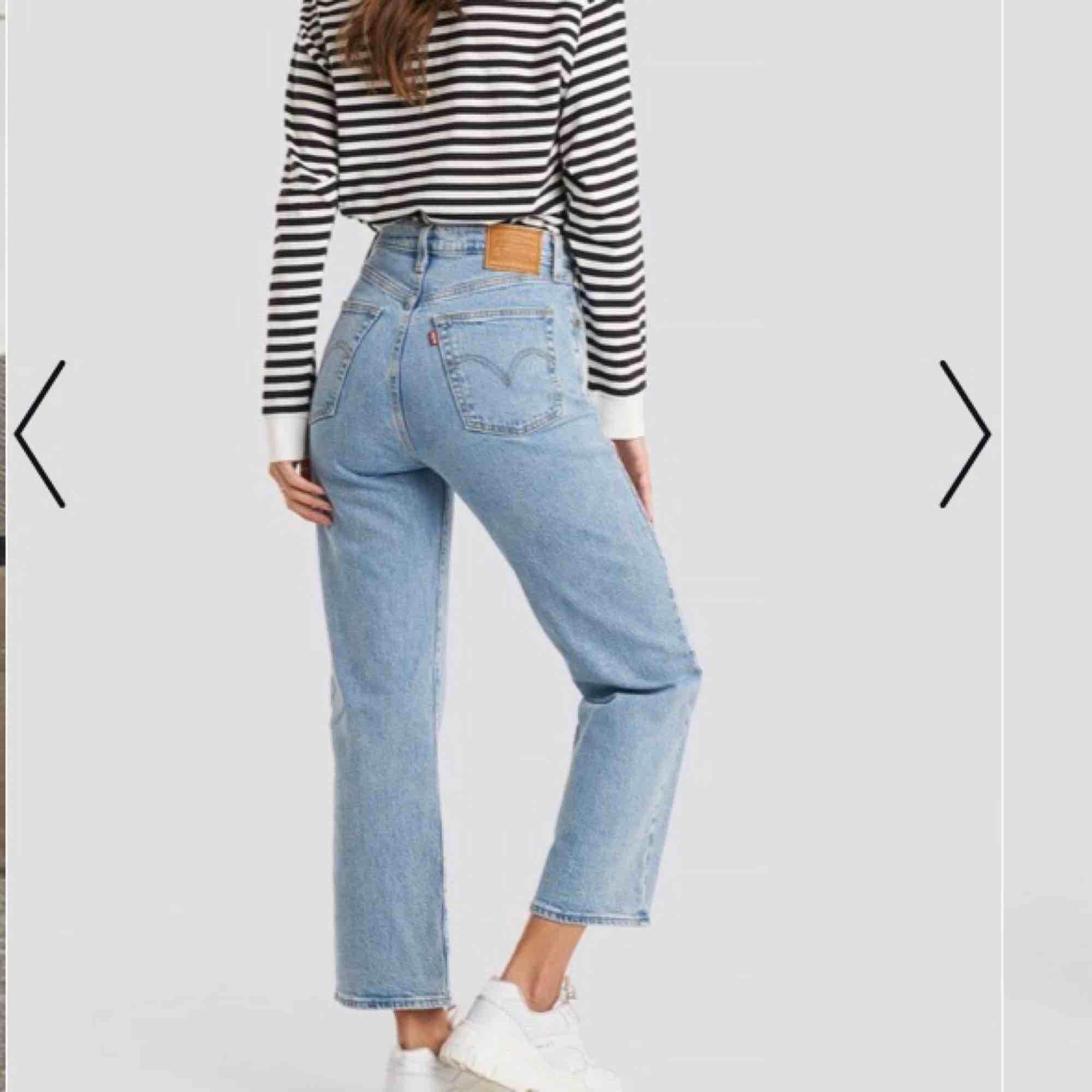 Säljer dessa sjukt fina Levis jeans som är nästan som nya! Har använt dem cirka 2-4 gånger. Säljs för att dem har legat o garderoben för länge utan att bli använda! 🤩😔. Jeans & Byxor.