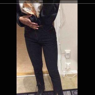 Svarta jeans med slits nertill, köpt på Zara. Storlek 32 men passar mig som har stl 34-36.