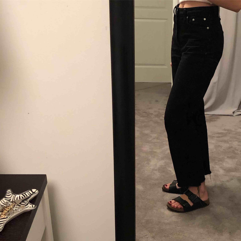 Svarta raka jeans från weekday med slitningar nertill.<3. Jeans & Byxor.